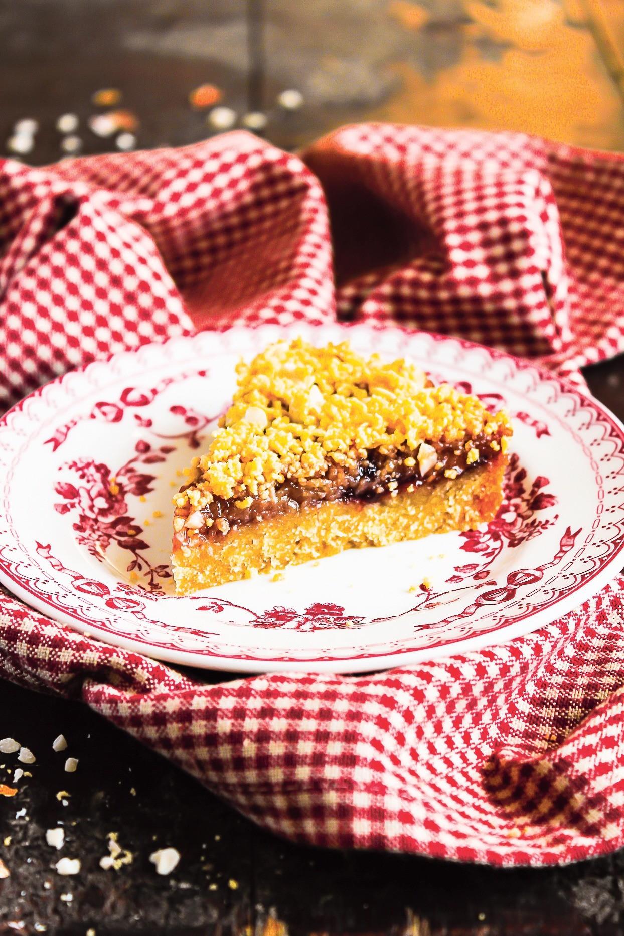 Пирог с арахисом и клубничным вареньем
