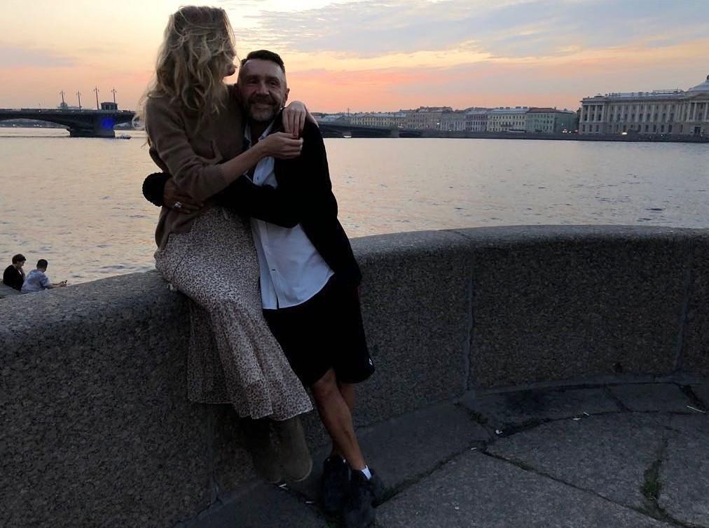 Молодая жена Сергея Шнурова контролирует каждый его шаг