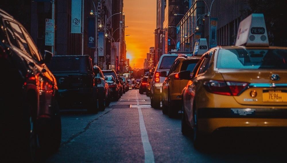 Таксист 8 часов прождал женщину, забывшую кошелек в машине