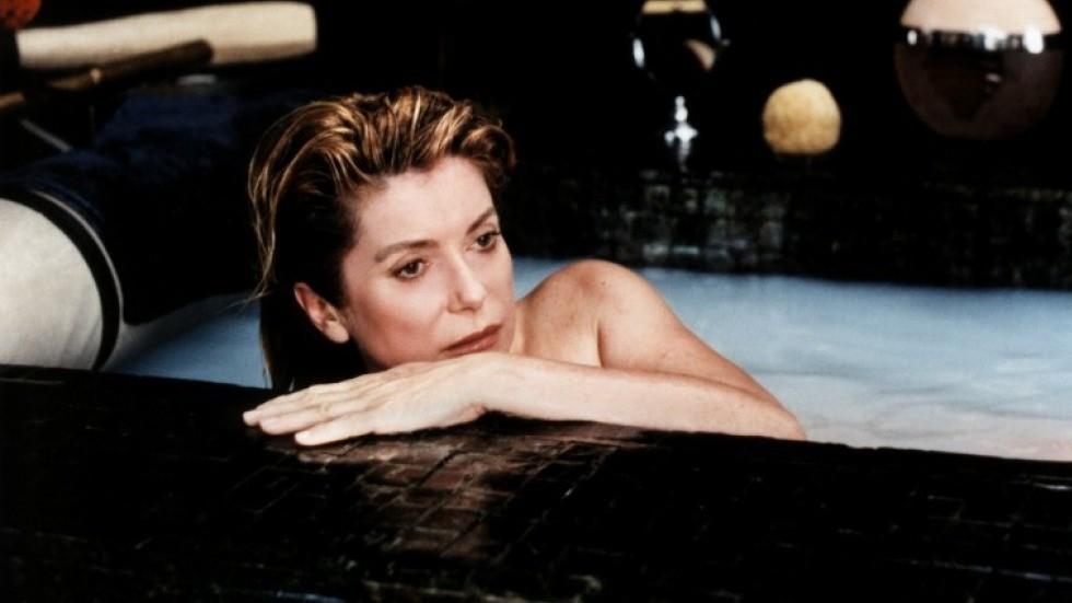 Самостоятельная стрижка и медитации в бассейне: 6 секретов красоты француженок