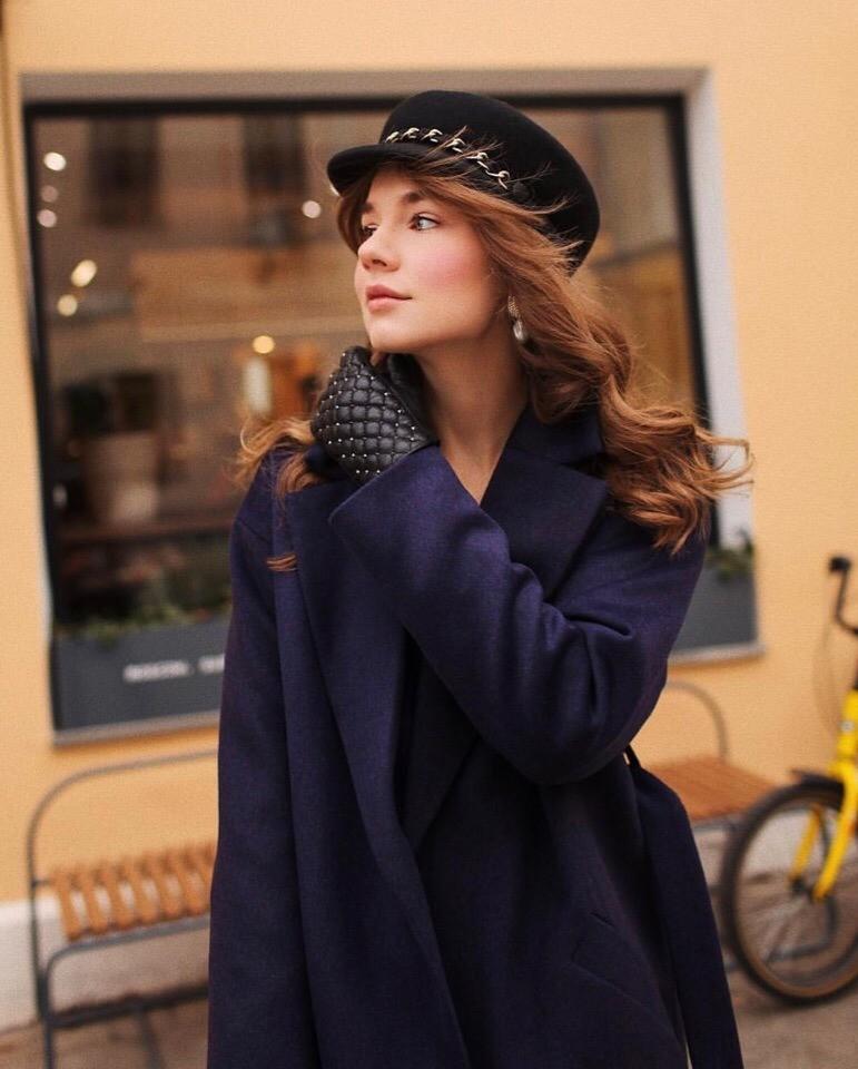 Осенью 2018-го года все модницы мира буквально сошли с ума из-за этого головного убора. Такое кепи действительно стильно смотрится со многими вещами гардероба. А если выбрать этот головно...