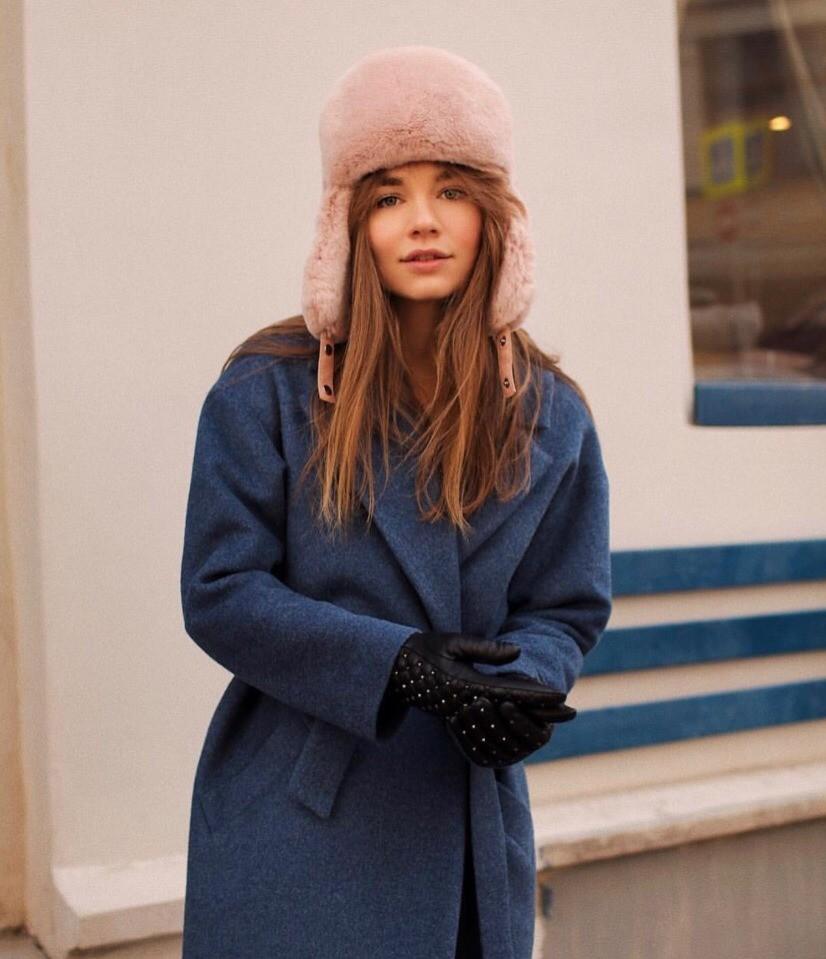 У многих шапки-ушанки ассоциируются либо с советским детством, либо с деревенской культурой, однако сейчас этот головной убор быстро завоевывает сердца модниц всея Instagram. Выбирай шапк...