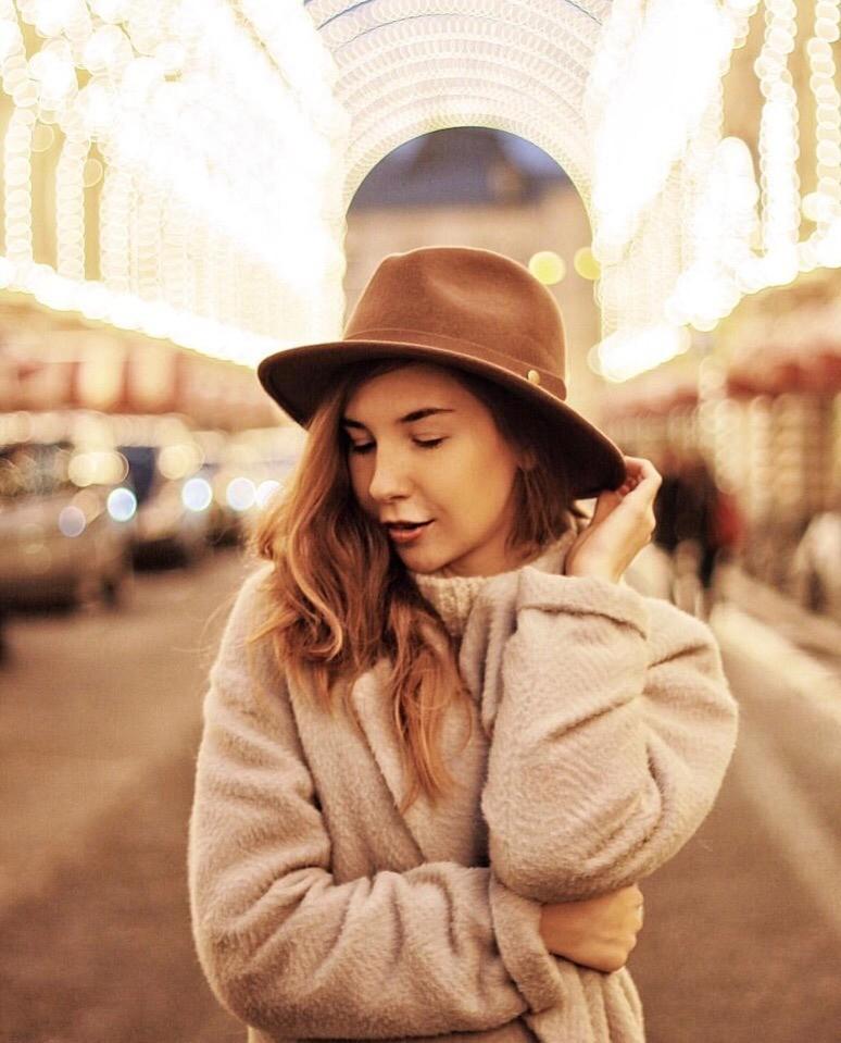 И, конечно же, невозможно обойти вниманием шляпу - самый женственный и изящный головной убор осенне-зимнего периода. В составе шляпки на зиму обязательно должны быть шерсть и войлок - пом...
