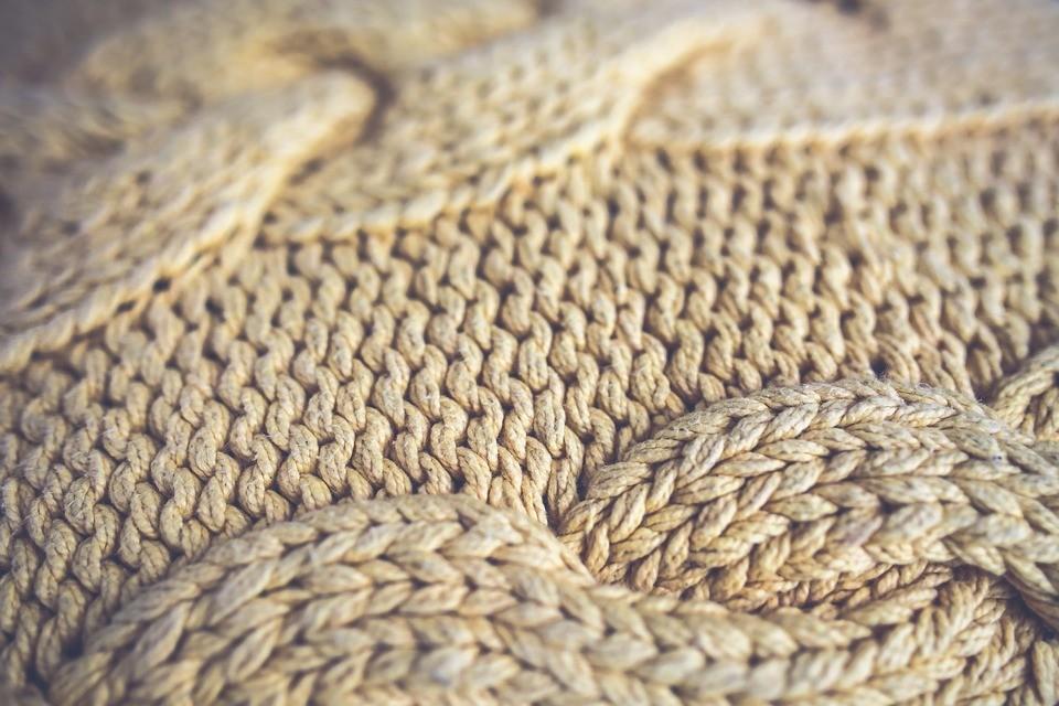 Как растянуть шерстяной свитер: секреты опытных хозяек