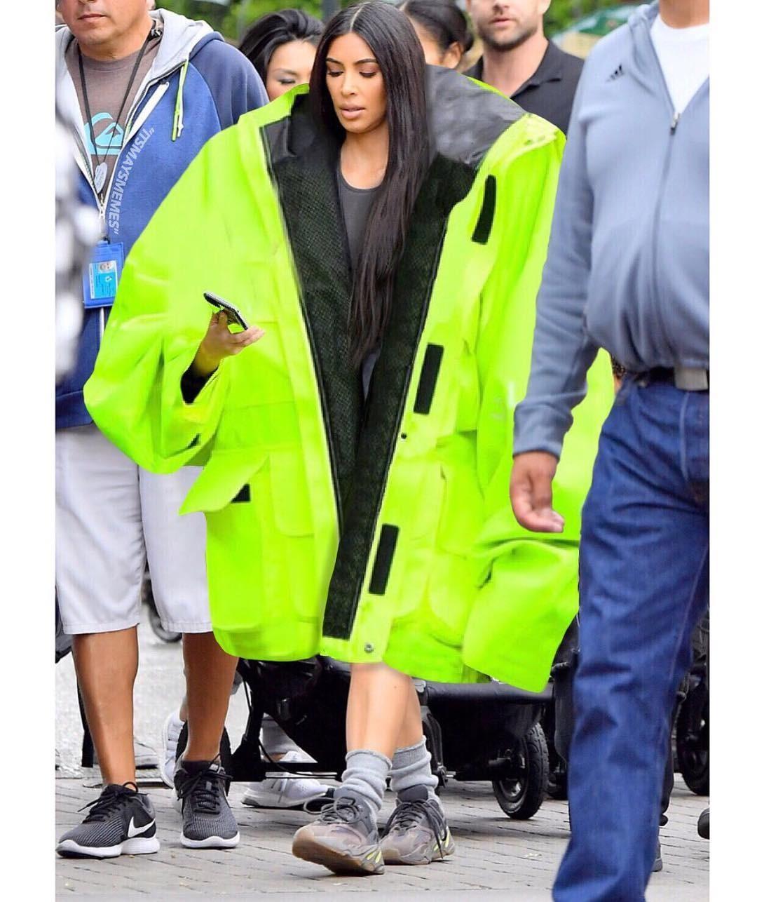 Главная звезда Instagram - Ким Кардашьян, для прогулок выбрала куртку, сочетающую в себе сразу два тренда: яркий неоновый цвет (в простонародье - «вырвиглаз») и, разумеется оверсайз. Поче...