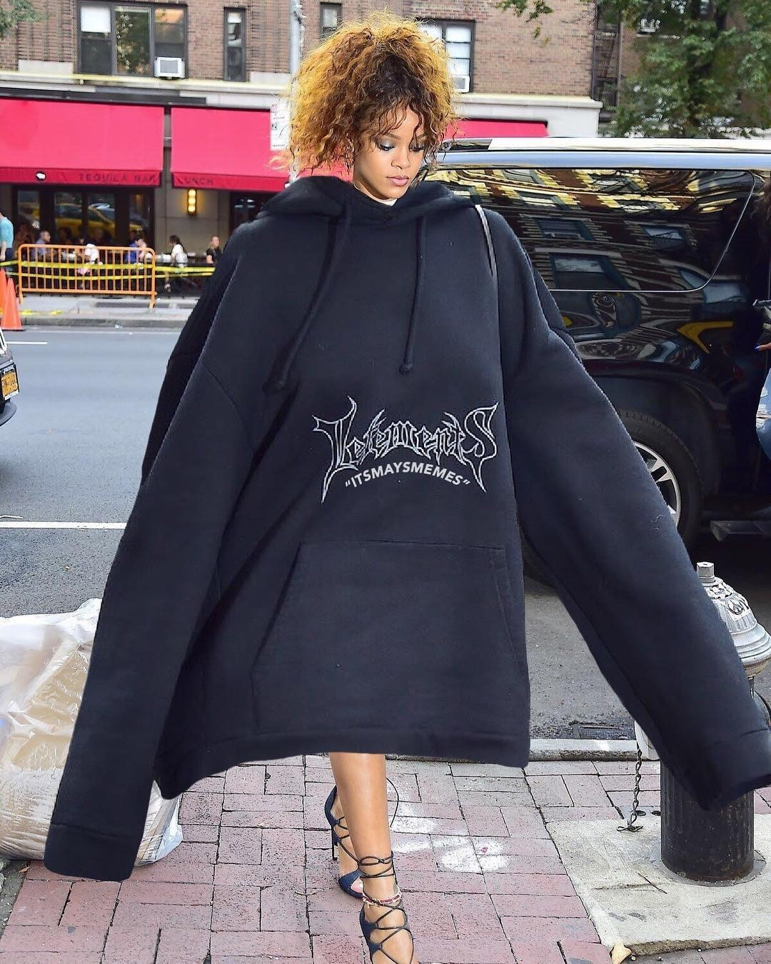 Одежда объемного кроя, начиная от жакетов и заканчивая зимними пуховиками, действительно достигла огромной популярности в этом сезоне. Такие вещи теплые, уютные - в объемном шерстяном сви...