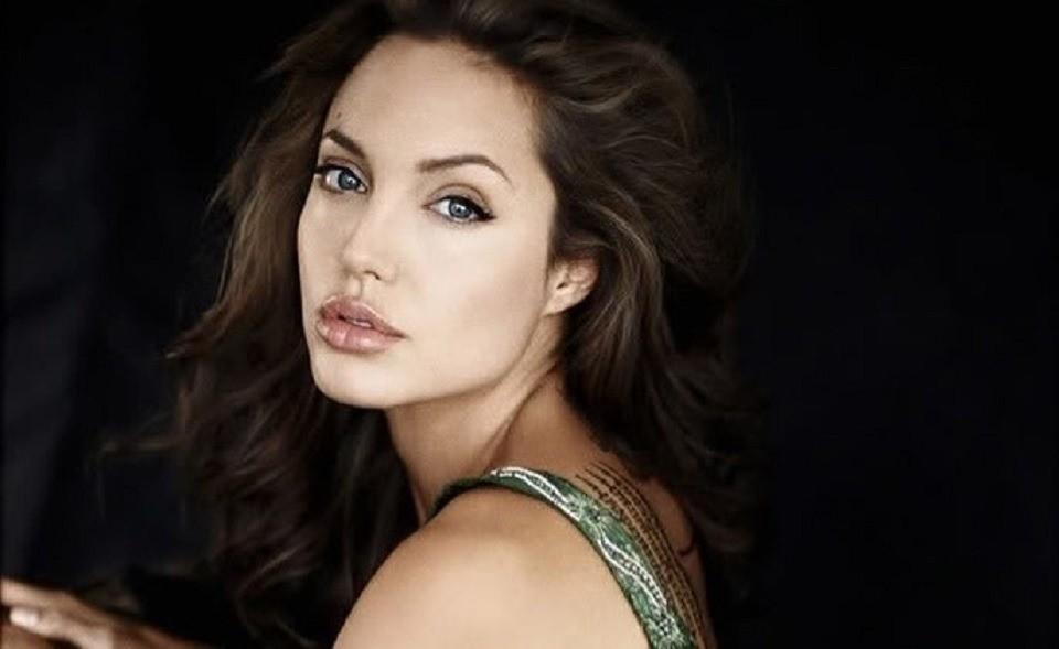 СМИ сообщили, что Анджелине Джоли не хватает денег на содержание шестерых детей