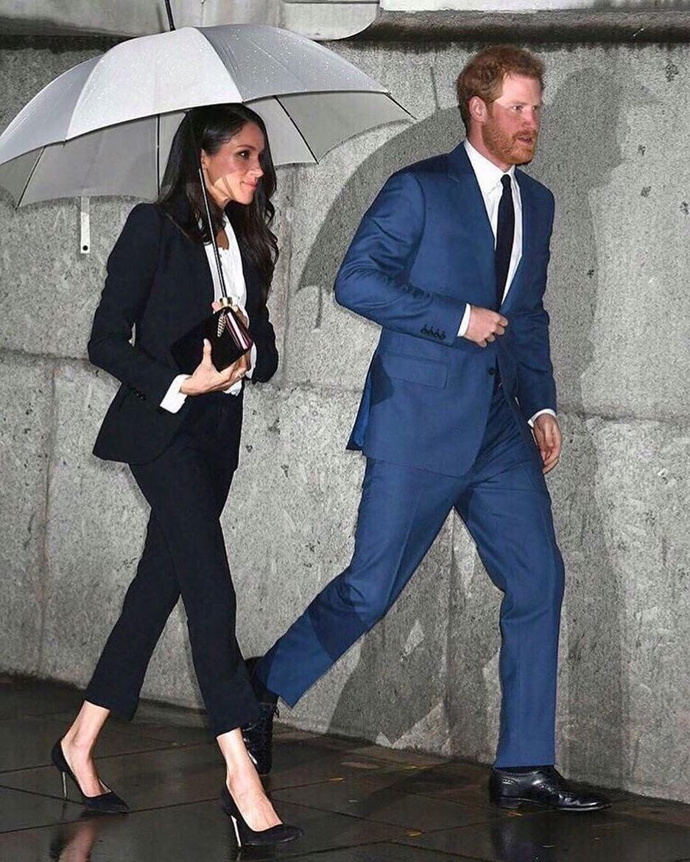 Особенно это касается гардероба Меган. Герцогиня неоднократно надевала запрещенные брючные костюмы, мини-платья, а также отдавала предпочтение американским брендам. Елизавета II потребова...