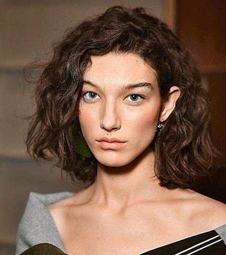 Удлиненное каре. Идея длямягких волос: стакой стрижкой легкие волны будут идеально лежать безукладочных средств. Но можешь сбрызнуть их солевым спреем – илоконы станут более графичным...