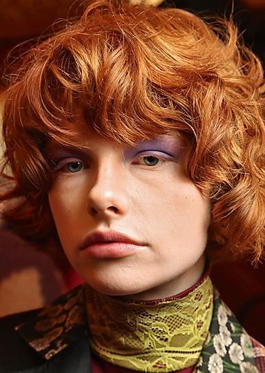 «Шапочка». Модный вариант длягустых итяжелых волос. Обрамляя лицо, «шапочка» усмирит непослушные волны. Засчет яркого цвета волос простая прическа будет выглядеть еще интереснее.