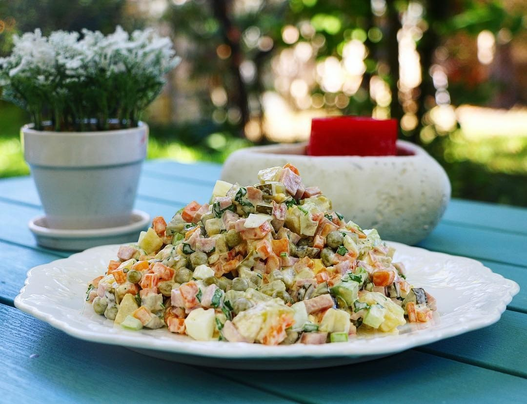 Рецепты Оливье с колбасой и горошком: вариации блюда