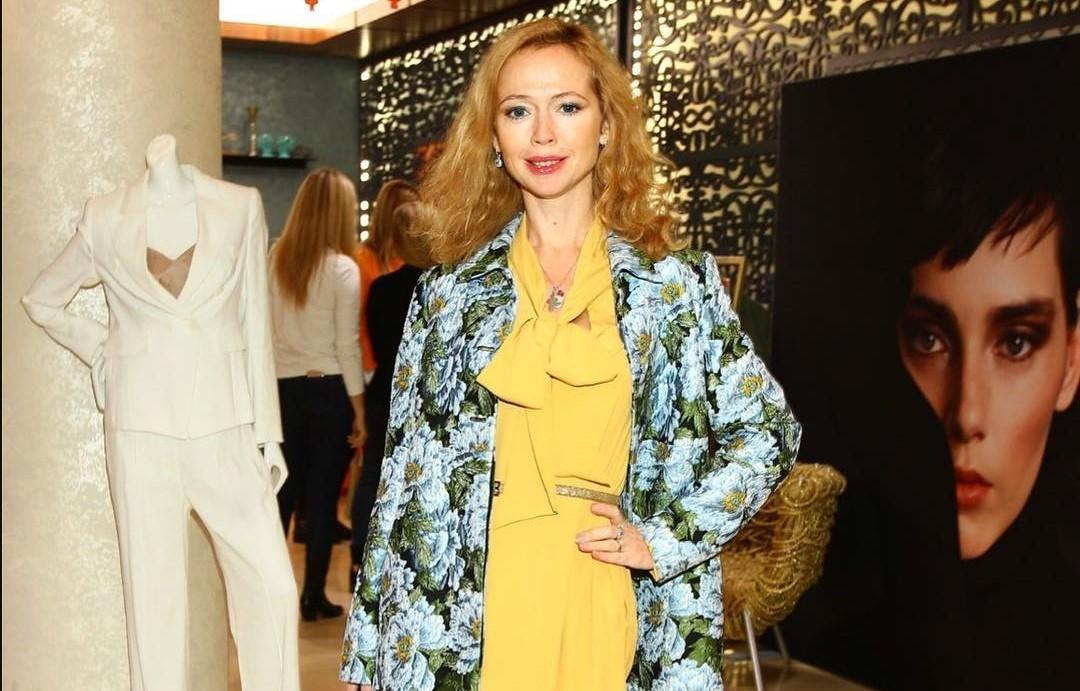 Елена Захарова показала, как носить блестящую одежду с пайетками