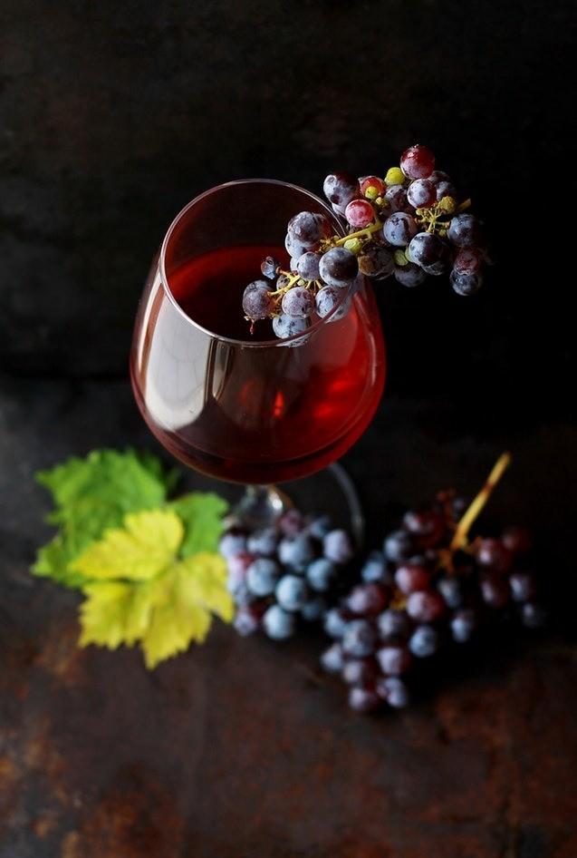В том случае, если во сне ты четко видишь, как твой супруг пьет вино - это также символизирует измену. Но не спеши с утра закатывать мужу скандал, ведь вино во сне означает, что твоего му...