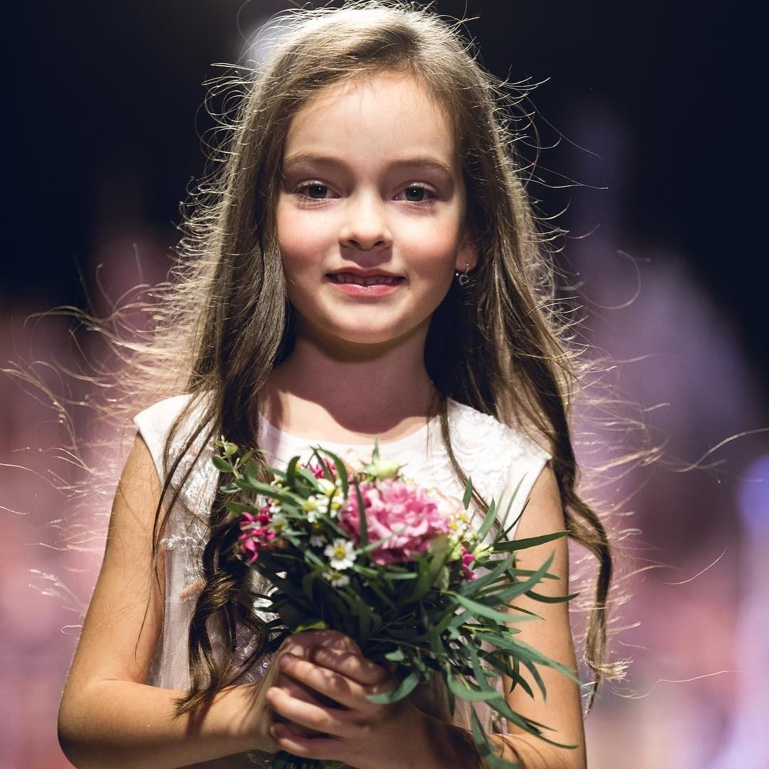 Так, например, Алла-Виктория, которая совсем скоро отпразднует свой седьмой день рождения, три раза внеделю занимается хореографией вшколе танцев «Тодес» - месяц таких тренировок обходи...