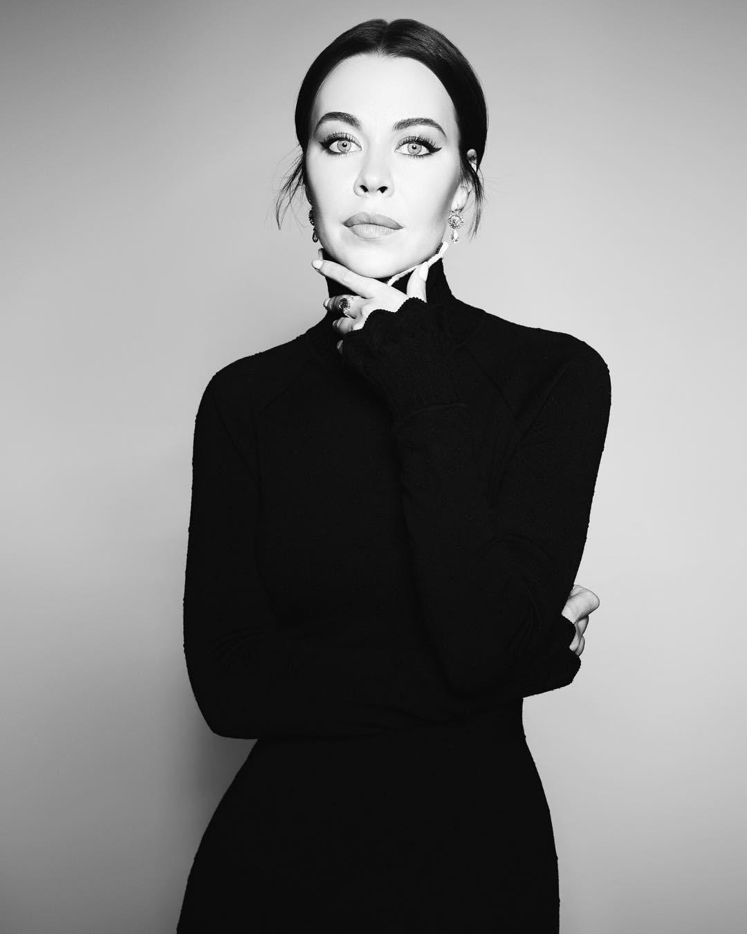 Легендарные дома моды - вот то, во что Ульяна была беззаветно влюблена еще со времен юности. Ее первой вещью откутюр стало платье Givenchy, которое она смогла приобрести набарахолке вС...