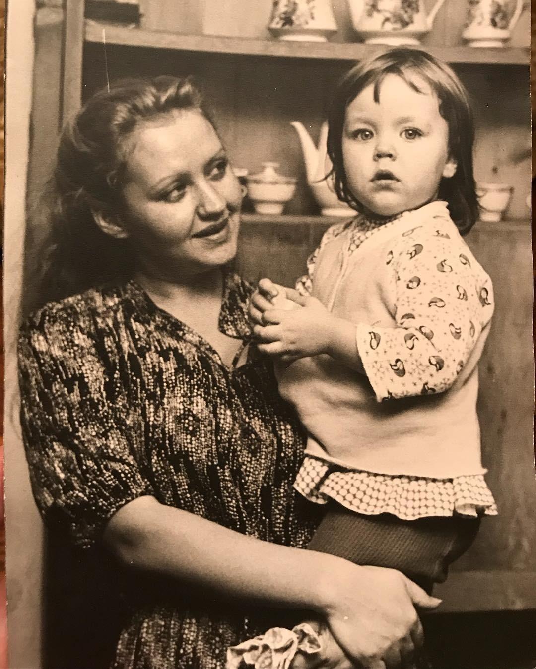 Ульяна Сергеенко рассказывает, что неискала свой стиль - он был таким всегда, ссамого детства. Кумиром своей жизни Ульяна называет бабушку ишутит, что исама порой выглядит, как бабушк...