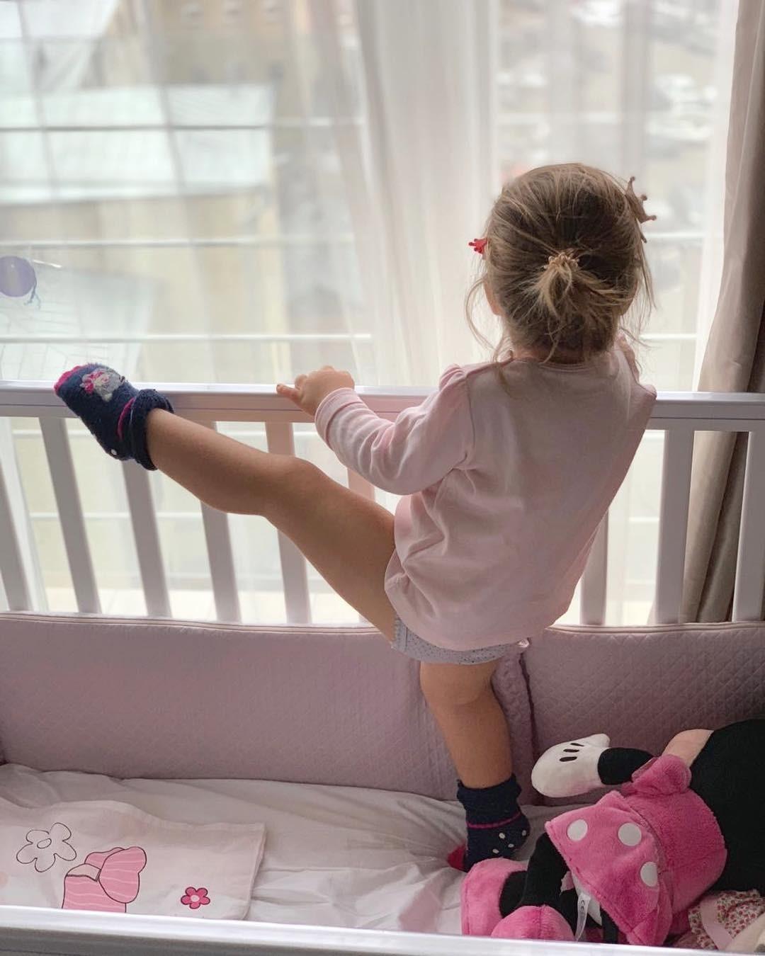 В кадре Мия стоит вкроватке, подняв ногу очень высоко. Как будто делает растяжку. «Моя маленькая балерина», - подписала фото Полина. Поклонники осыпали наследницу звезды комплиментами....