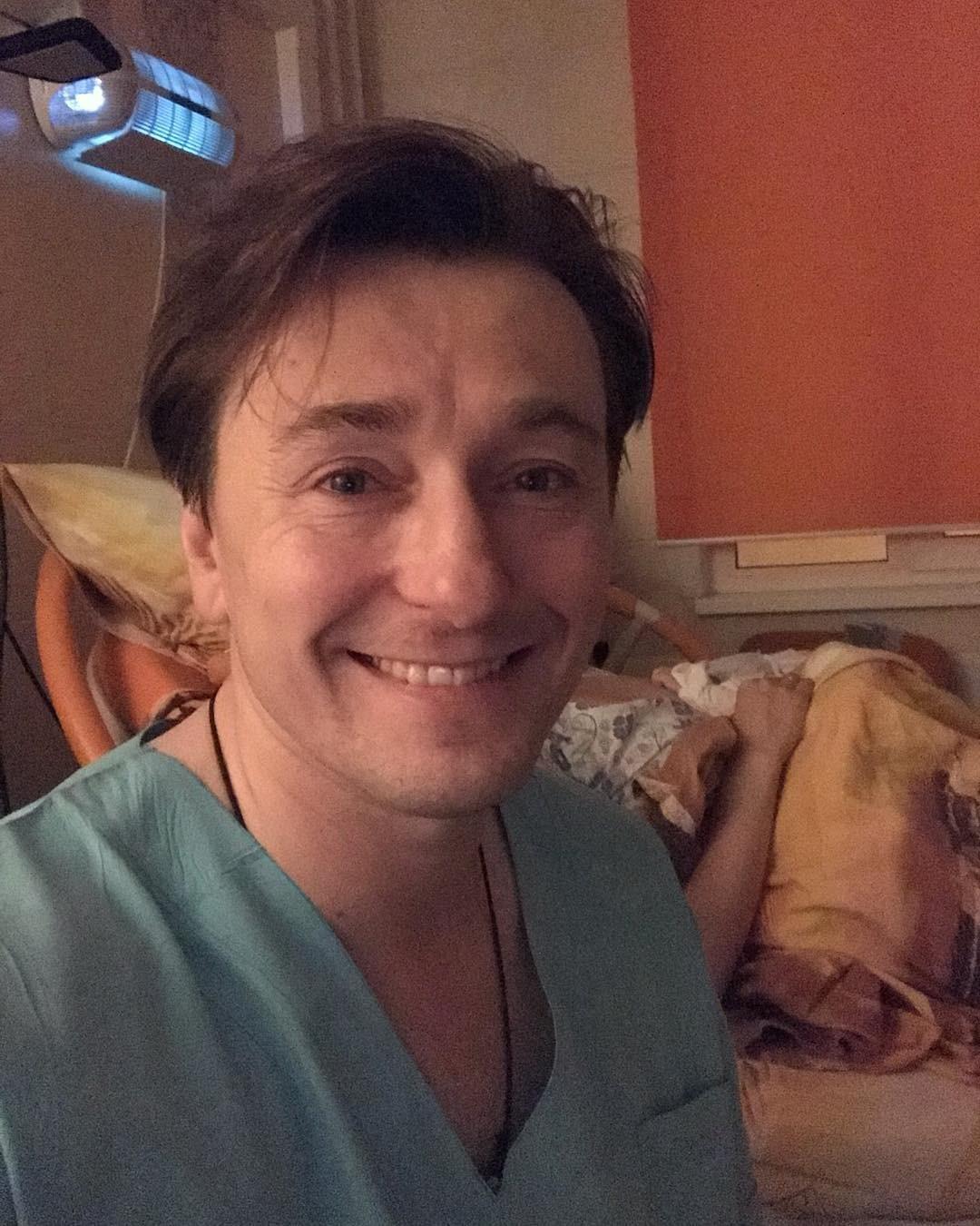 Сергей Безруков поделился с подписчиками своей радостью, выложив фото в Instagram - на снимке актер выглядит очень уставшим, но безумно счастливым. Позади него видно Анну Матисон с новоро...