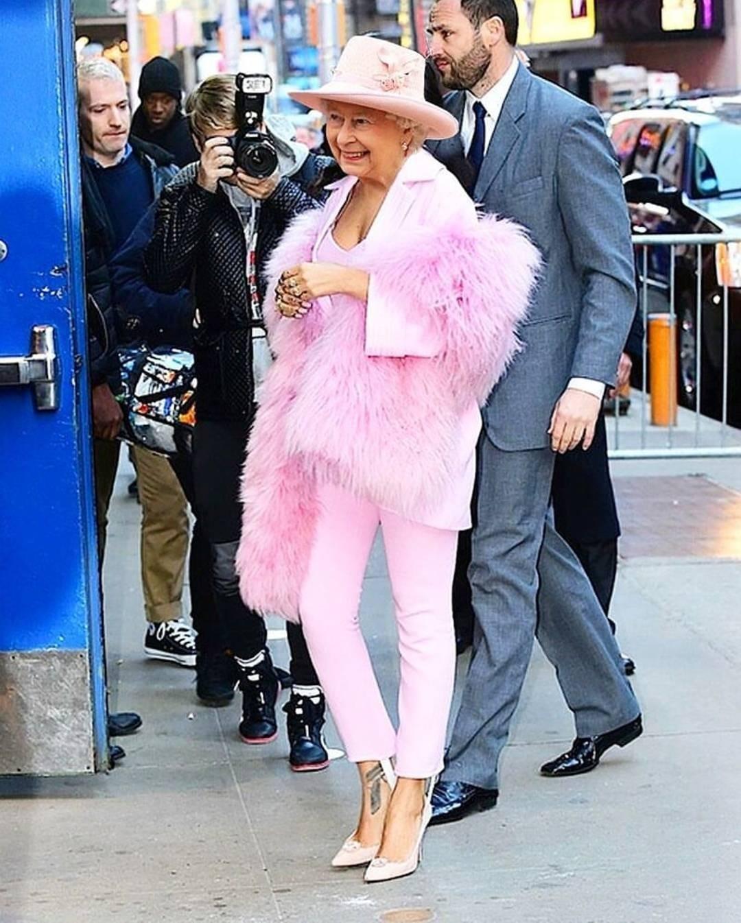 С молодежным стилем и классикой определились, а что насчет гламура? Розовый цвет, перья и шпильки к лицу британской королеве? Если бы Фредди Мейд был стилистом Елизаветы II, то выбрал бы...