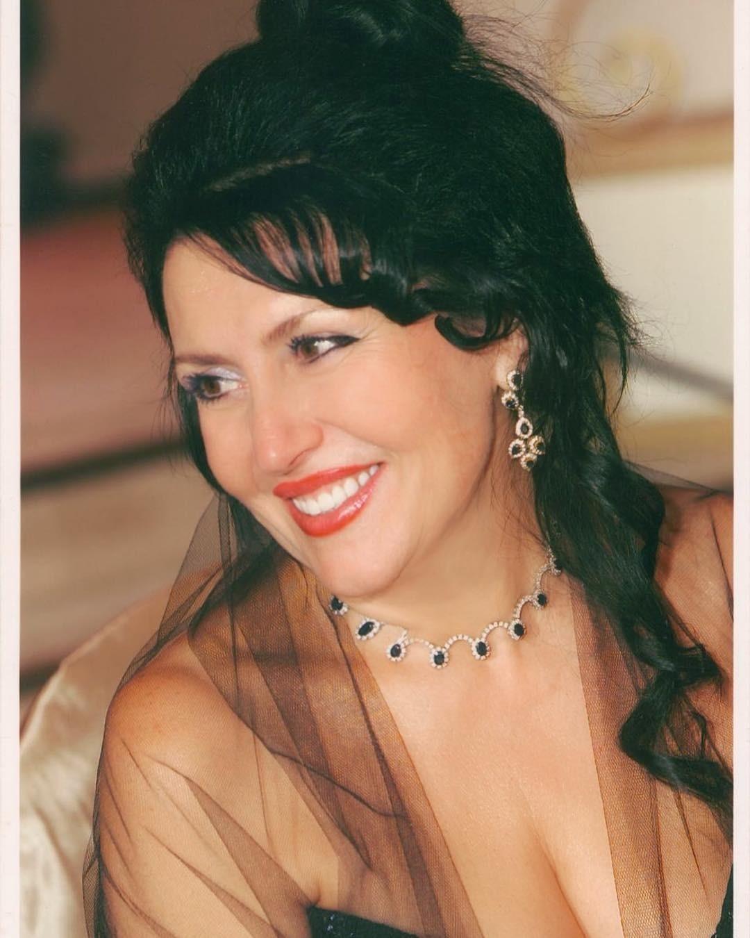 Своей маме посвятил поздравление певец Николай Басков, а также опубликовал ее снимок: «Сегодня потрясающий праздник День Мамы!!! И нет ничего дороже как её улыбка, нежность , радость в гл...