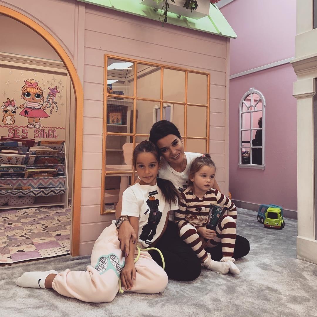 Телеведущая Ксения Бородина выложила фото со своими дочерьми, Марусей и Теей, и опубликовала стихотворение, посвященное родителям: «Сегодня День матери. Но хочу эти строки посвятить всем...