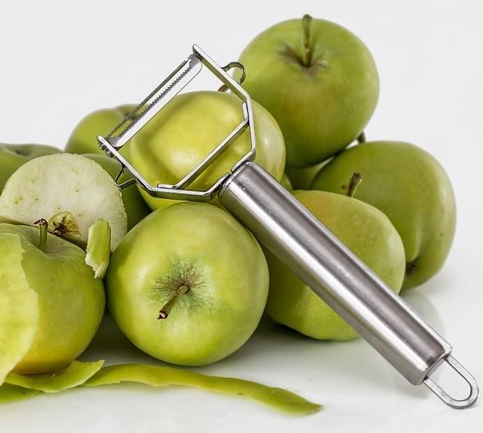 Нож длячистки овощей ифруктов давно наслужбе умногих хозяек,  однако есть те, кто досих пор непользуется этим приспособлением. Инапрасно! Ведь спомощью такого ножа легко почистить...