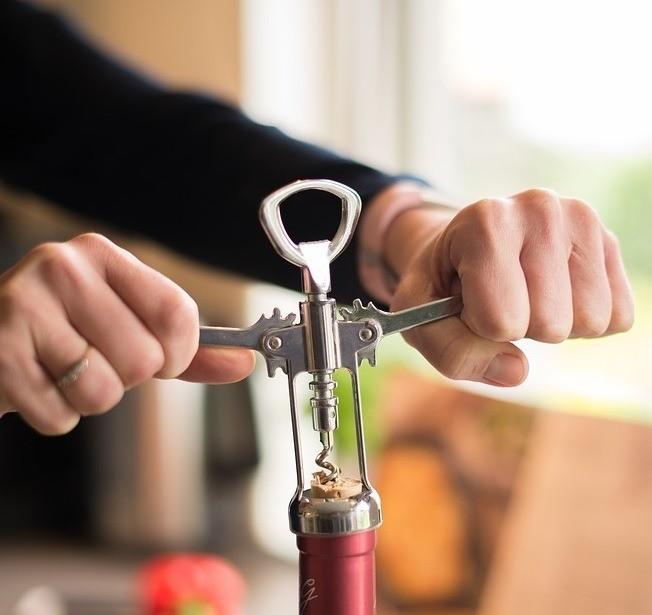 Даже если ты непьешь алкоголь, качественный штопор стоит держать накухне. Никто изнас незастрахован отвнезапно нагрянувших гостей сбутылочкой вина, или просто желания приготовить мя...