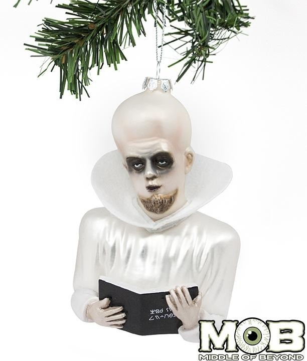 Инопланетный персонаж «Сумеречной зоны» отлично впишется в компанию к мишкам и блестящим шарам с Дедом Морозом. Хороший подарок для человека, который верит в НЛО, но не в курсе подробност...