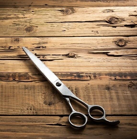 Ножницы накухне тебе обязательно пригодятся, причем ты можешь купить как специальные кухонные, так иобычные. Накухне приходится все время открывать упаковки, поэтому ножницы небудут л...