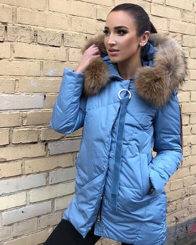 Ольга Бузова в свою очередь решила добавить зиме красок и остановила свой выбор на пуховике насыщенного голубого цвета. Его капюшон украшен натуральным мехом песца (который при необходимо...