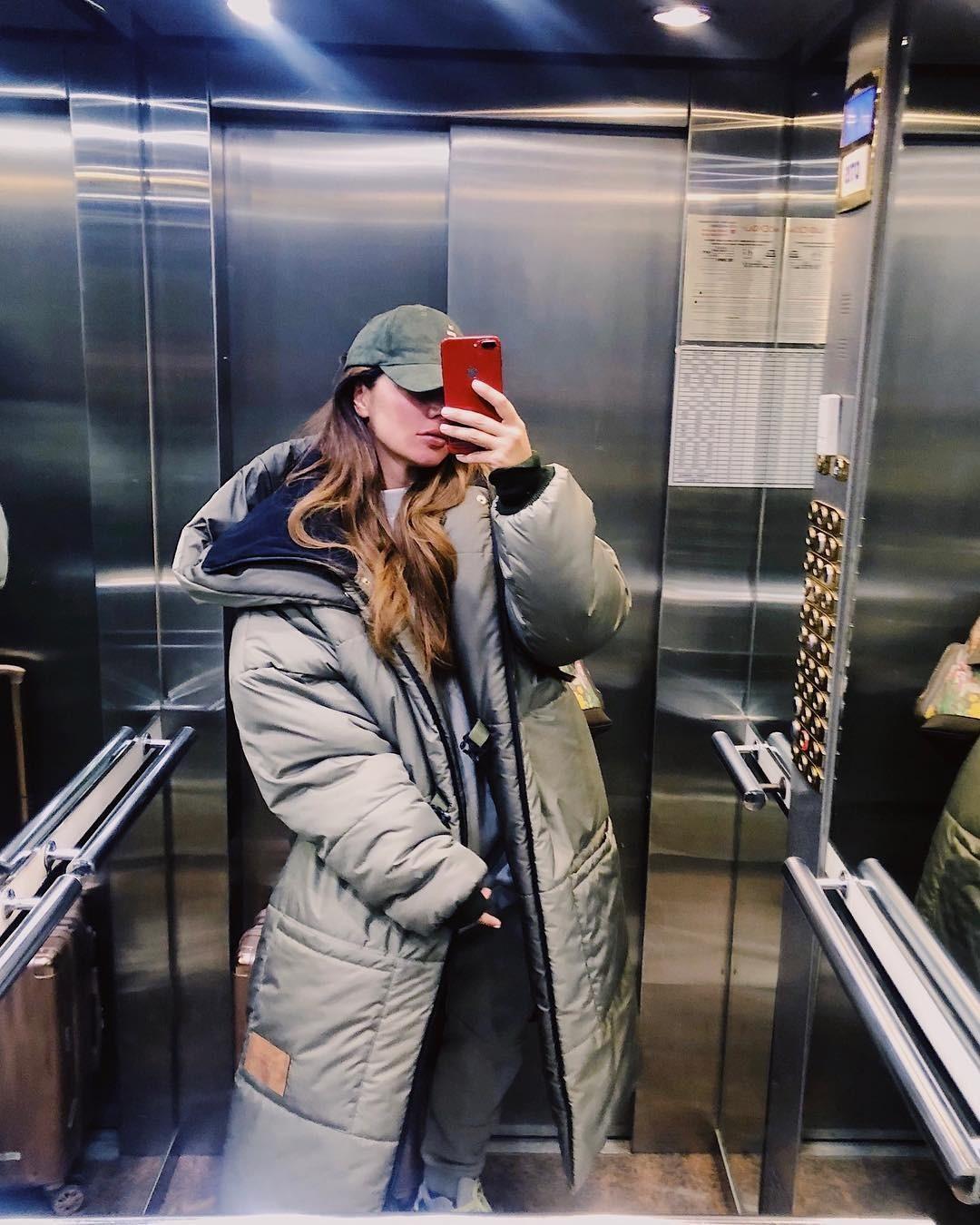 Недавно Анна Седокова показала подписчикам, в чем будет встречать холода - ее выбор пал на огромный оверсайз-пуховик, больше похожий на одеяло, чем на зимнюю одежду. Одни раскритиковали А...