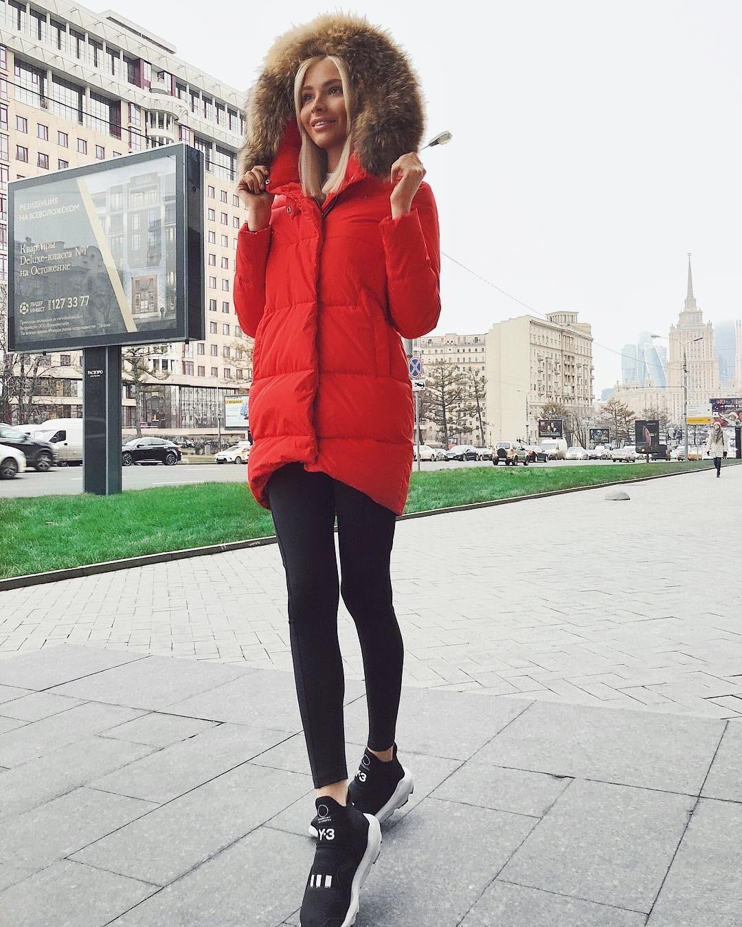 Бывшая девушка Тимати, Алена Шишкова, себе не изменяет: она выбрала яркий, сочного красного цвета пуховик, идеально сидящий по фигуре и украшенный дорогим мехом. Алена имеет потрясающую с...