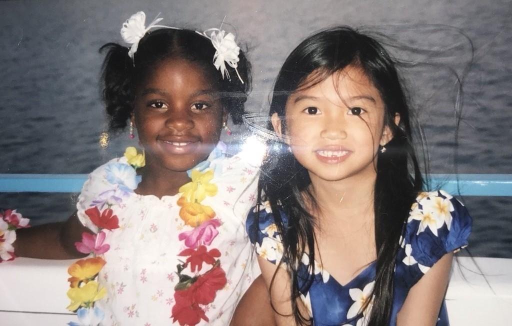 Девушке удалось найти подругу по детскому фото с помощью соцсетей