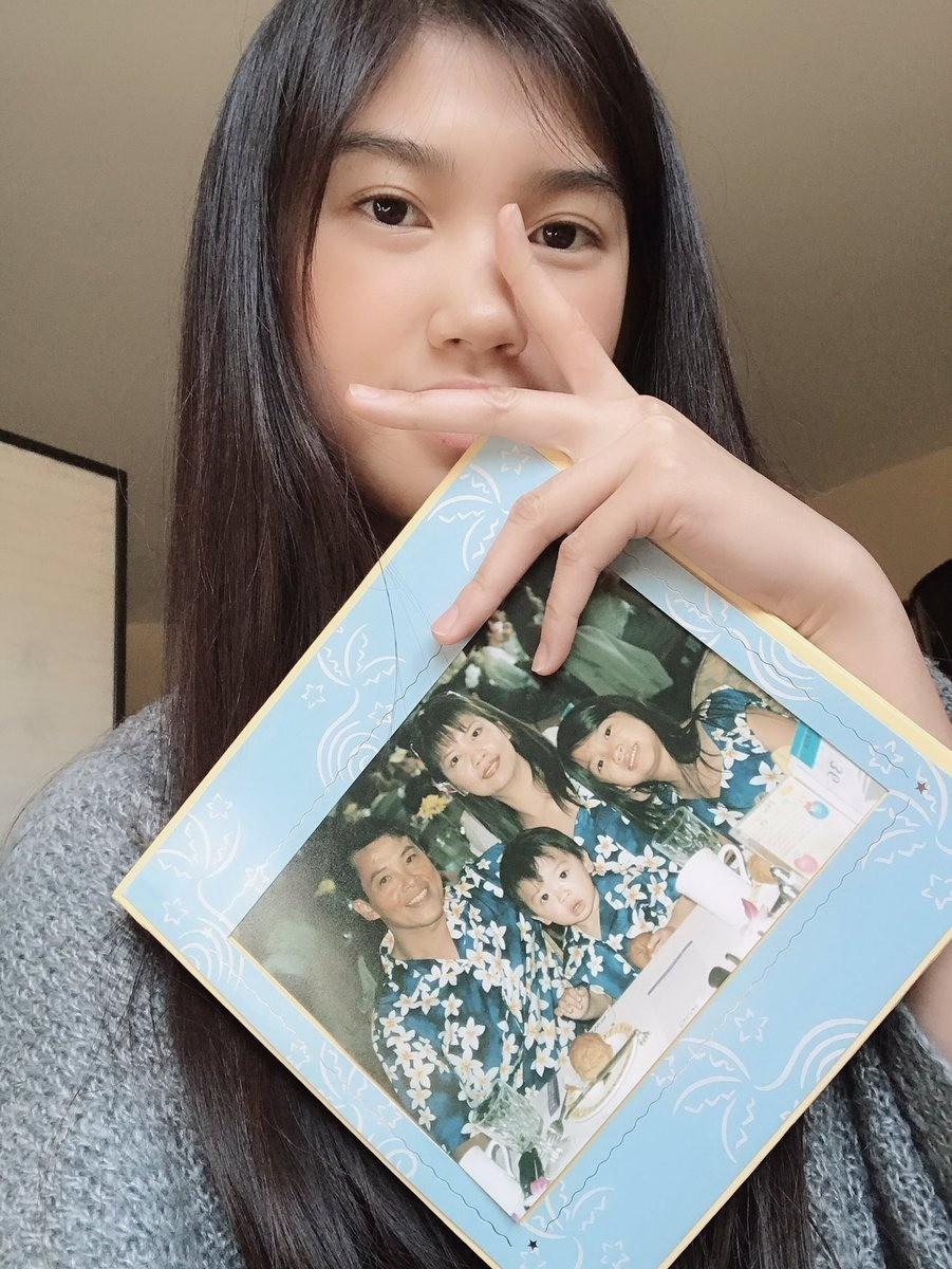 Чтобы подтвердить свою личность, она взяла старое семейное фото, накотором позирует втом самом платье, что исо снимка Брианны. Интернет-пользователи были счастливы, что двум подружкам...