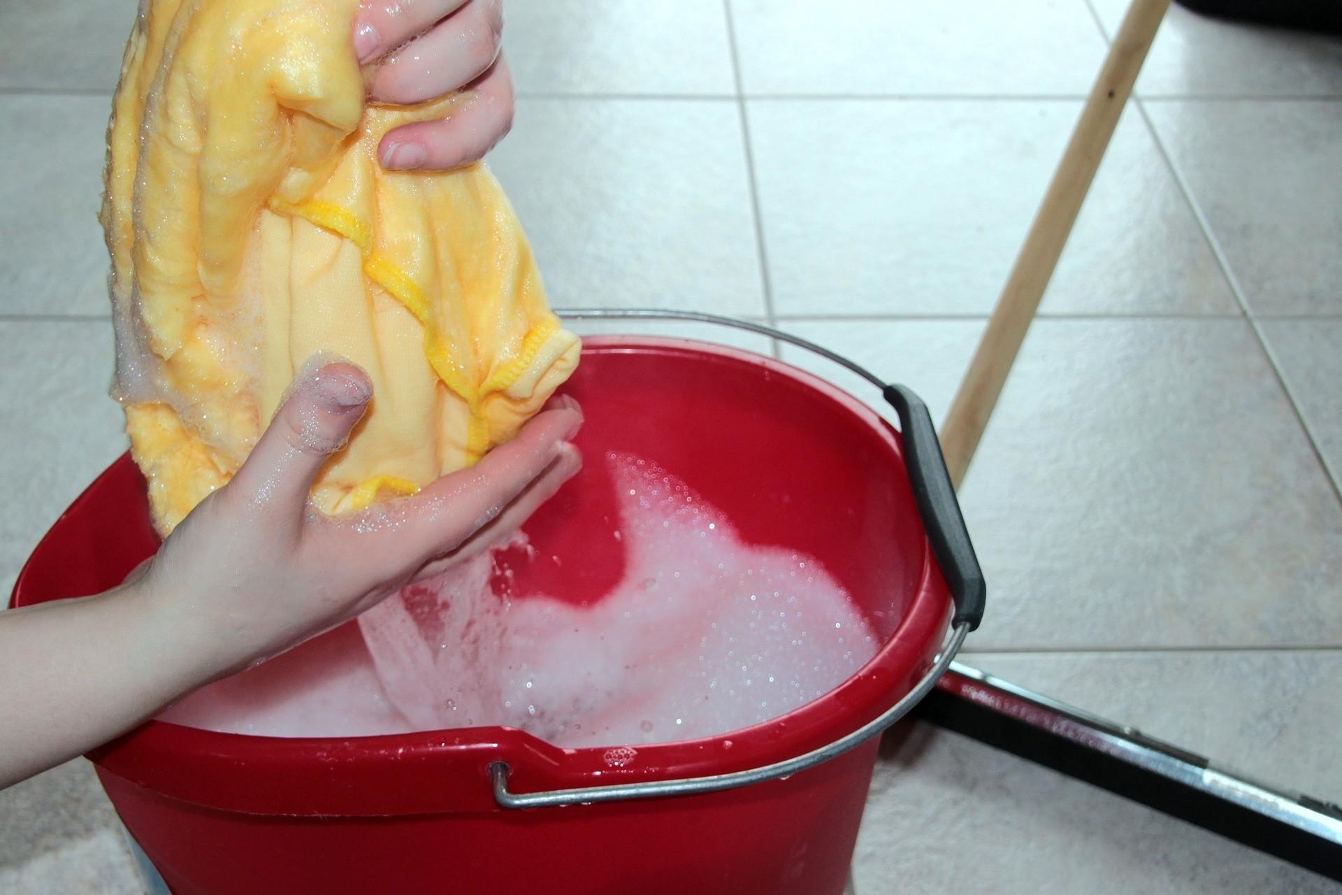 Как правильно мыть полы в квартире: общие советы и рекомендации для разных покрытий