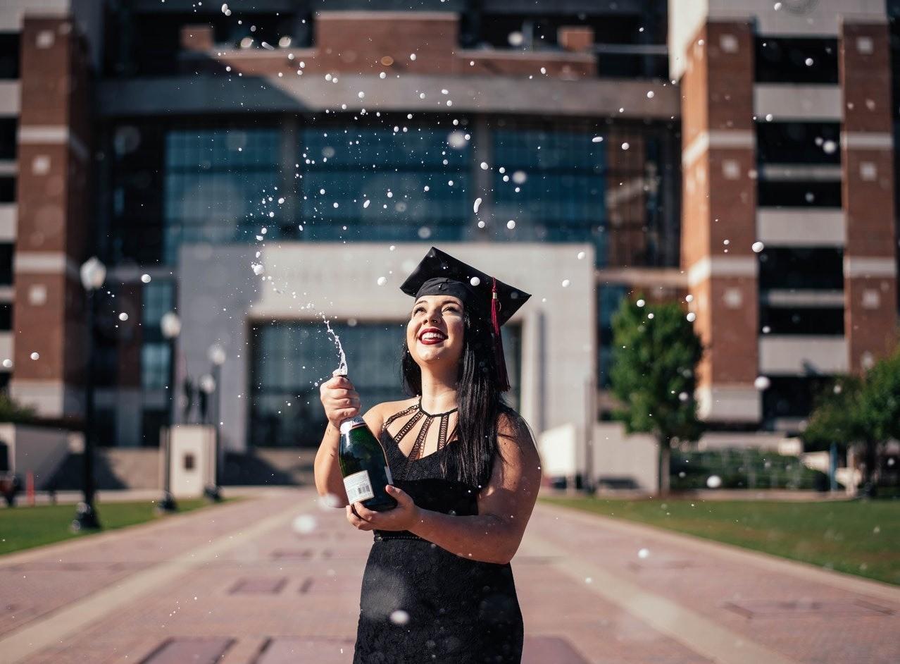 Как открыть бутылку шампанского девушке: проверенные советы