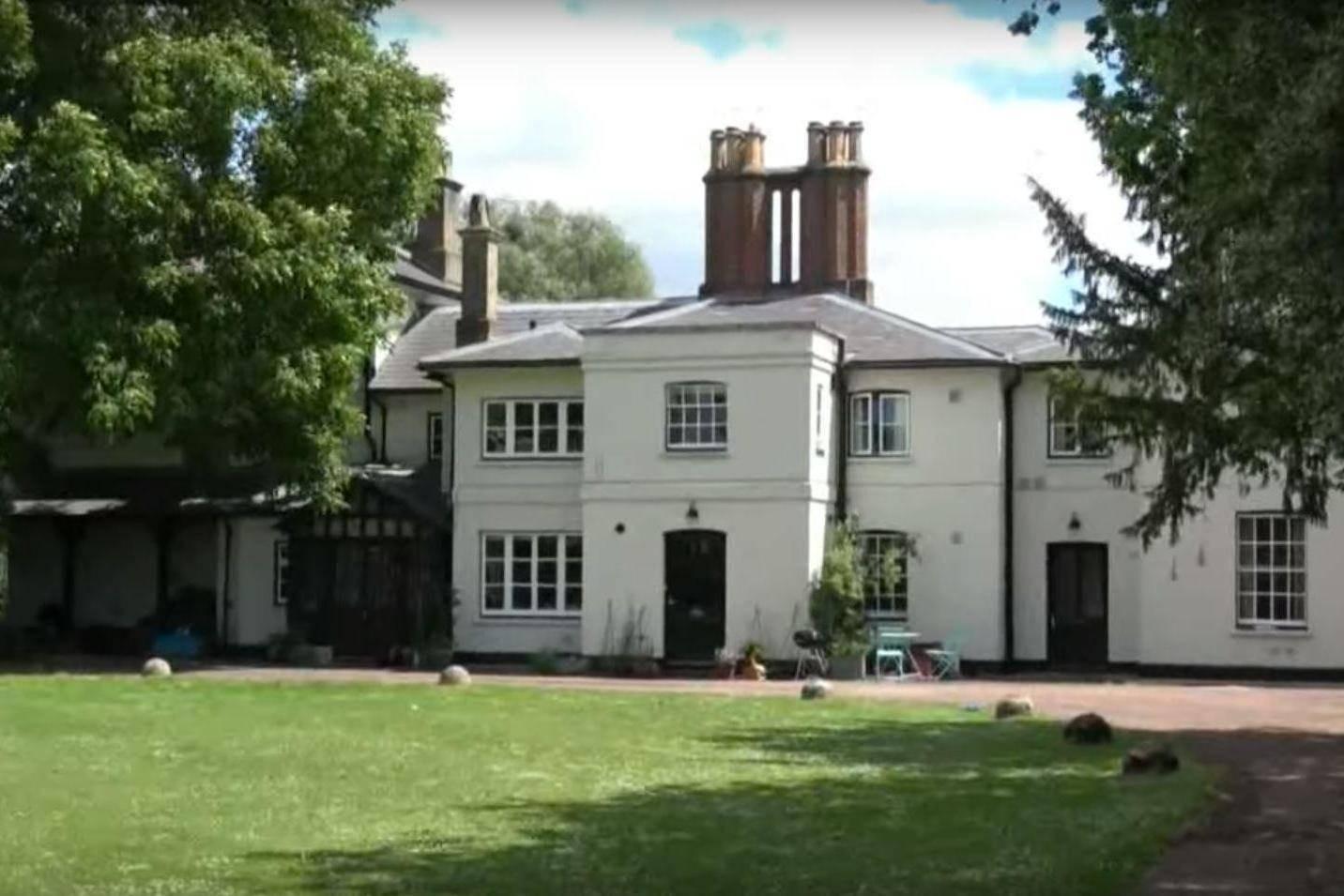 Дом Гарри иМеган, само собой, посетить нельзя, а вот оказаться вокрестностях Фрогмор-хаус, где сейчас никто неживет, вполне реально. Правда, придется сильно постараться. Экскурсии всо...