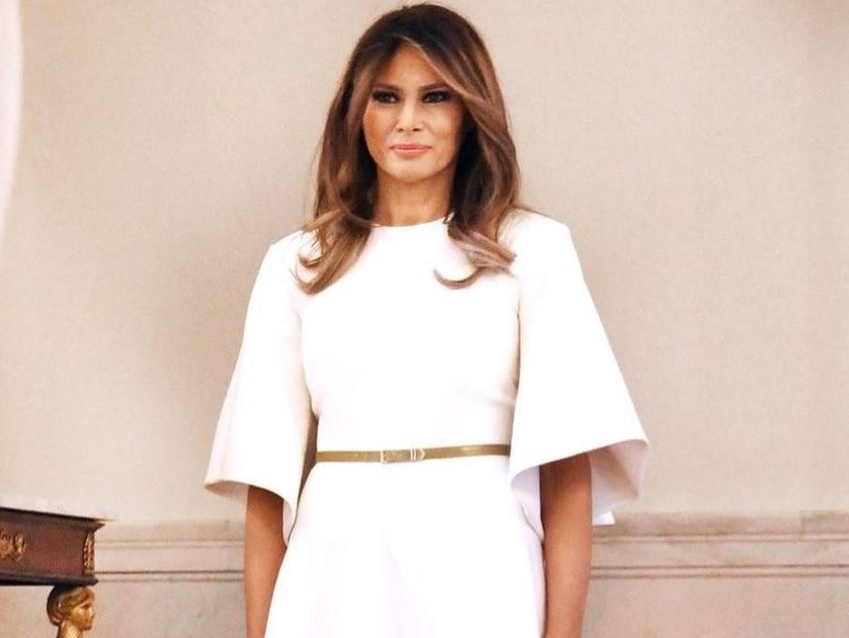 Мелания Трамп продемонстрировала, с какой одеждой уместно сочетать яркие брюки