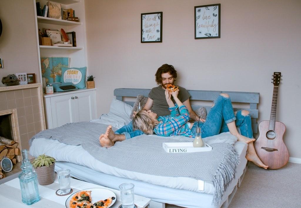 На этот раз обратимся ксемейным психологам: специалисты уверены, что длительное сожительство добрака часто приводит кизменам (особенно, если длявас двоих это непервый опыт сожительст...
