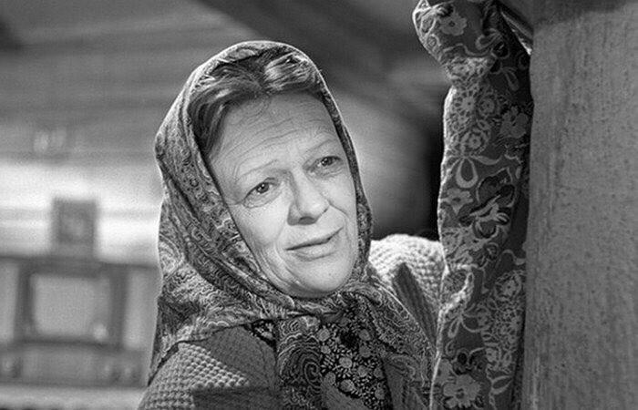 Актриса в 51 год блистательно сыграла мать главного героя, ее начали узнавать на улицах, а режиссеры звать в свои картины. Сценарий следующего фильма о Бровкине специально переписывали та...