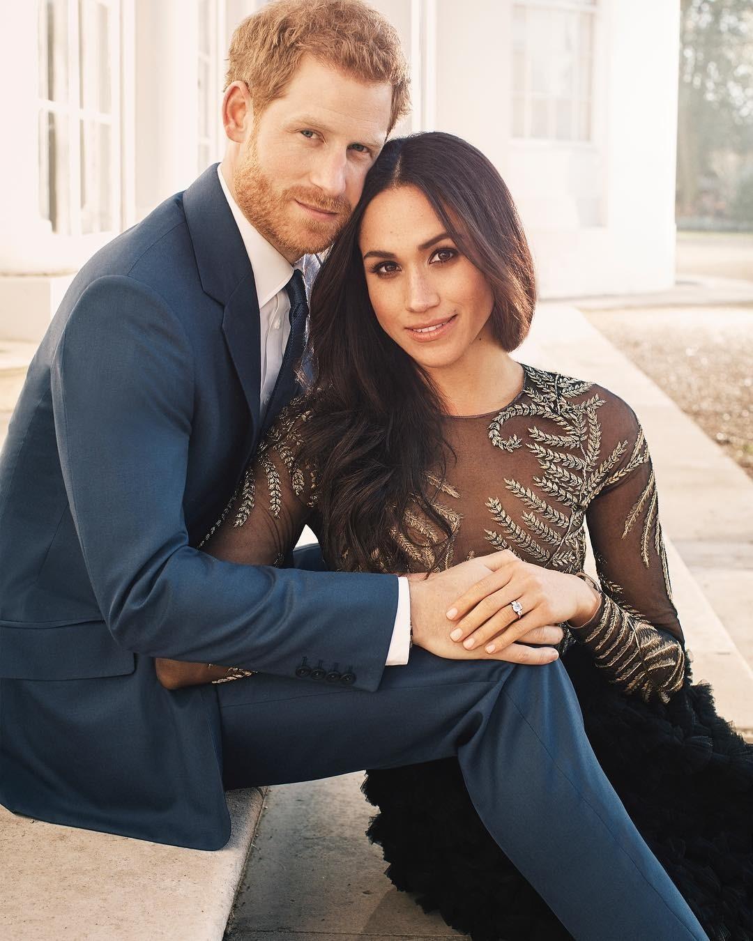 На последовавших после официального анонса фотографиях авторства Алекси Любомирски молодые люди выглядели счастливыми и влюбленными. «Эти снимки вывели королевскую сексуальность на новый...