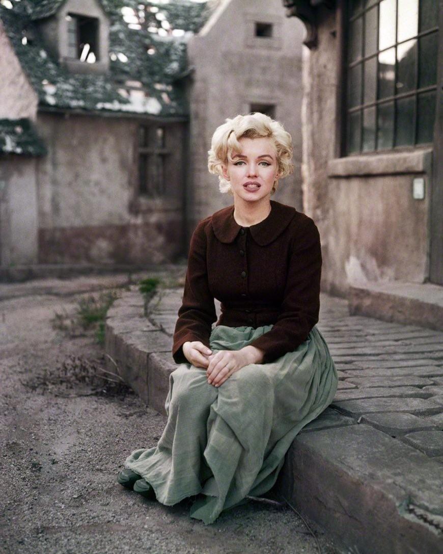 В Сети очень редко встречаются фото ссерьезной или грустной Мэрилин Монро. Публика хотела видеть сексапильную платиновую блондинку, ее аппетитные формы, кукольный голос исияющую улыбку,...