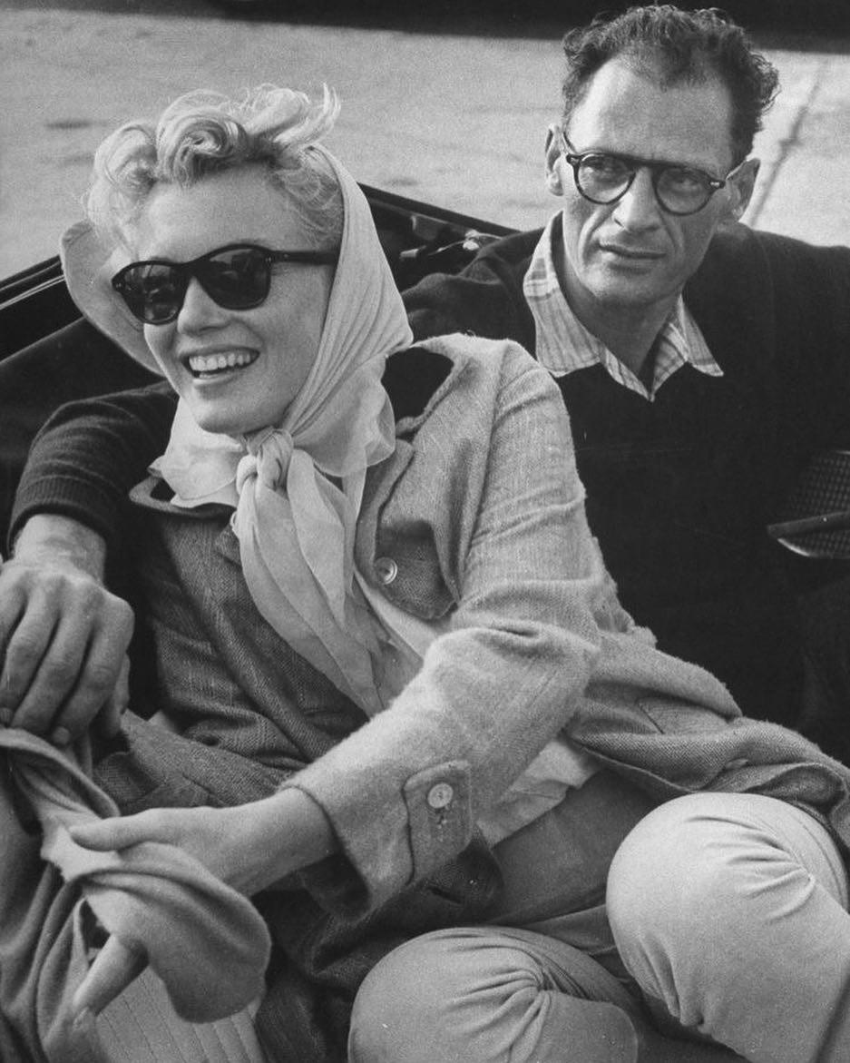 Мэрилин Монро была замужем трижды, но каждый раз неслишком счастливо. Ввозрасте 16-ти лет она впервые вышла замуж - ее избранником стал Джим Догерти, офицер полиции. Брак просуществовал...