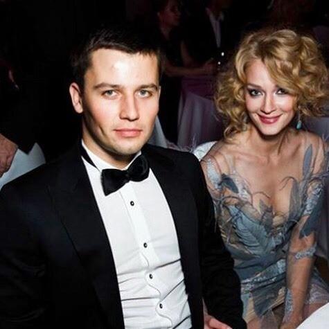Как сообщает «СтарХит», поклонники убеждены, что вскором времени увидят Светлану вподвенечном платье. Ведь помолвка актрисы ибизнесмена уже состоялась.