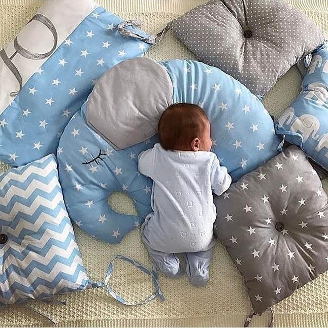 Чем больше вкроватке белья (пуховые бортики, подушки, одеяла) — тем выше риск несчастного случая. Чтобы максимально обезопасить сон ребенка, используй простынку нарезинке испальный меш...