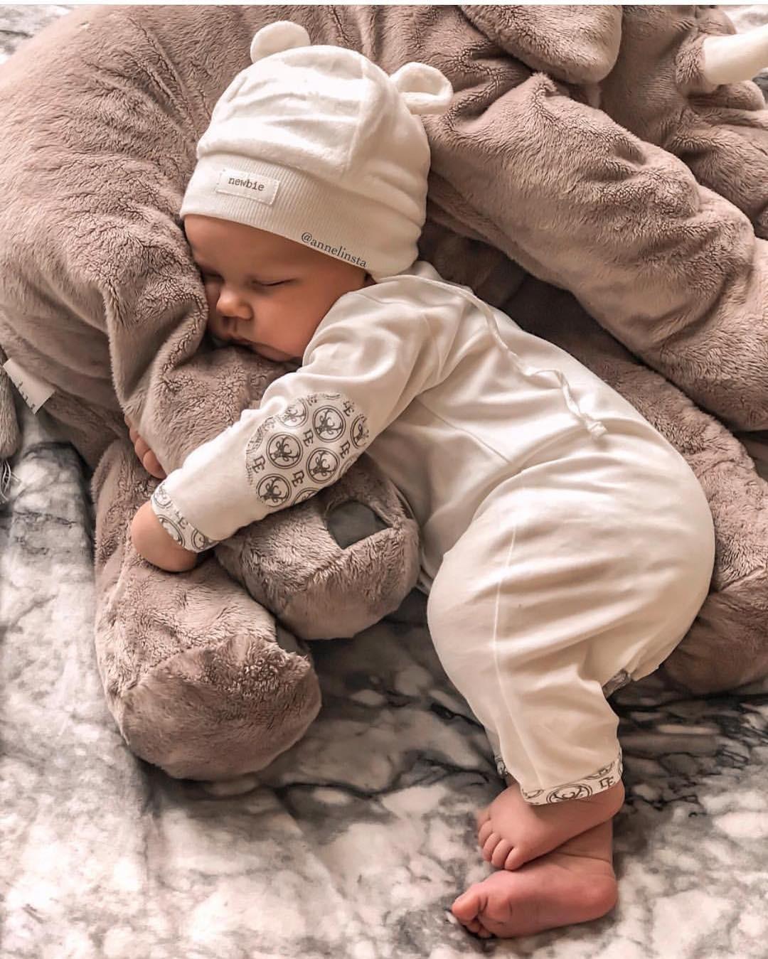 Мягкие игрушки — частая причина удушения, а более старшие дети могут использовать ее как подставку иупасть изкроватки. Если же игрушка – часть ночного ритуала (например, ребенок засыпае...