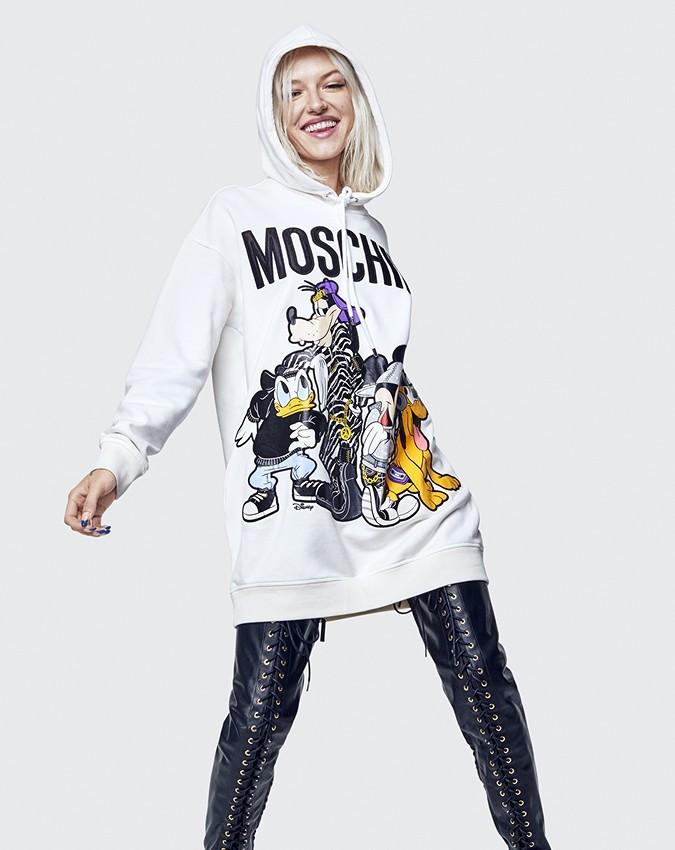 Любимый мультипликационный персонаж Джереми Скотта - Микки Маус. Поэтому в осенней коллаборации H&M и Moschino довольно много вещей с изображением этого персонажа и его друзей. Например,...