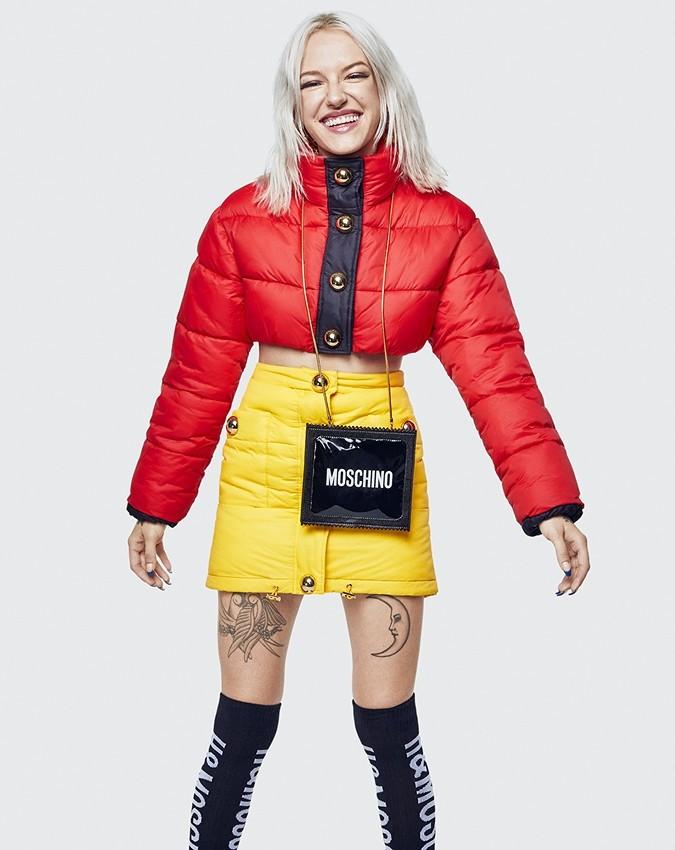 Это сочетание ярко-красной укороченной куртки и канареечно-желтой утепленной юбки наводят на мысль об ароматной картошке-фри в известной красной упаковке Макдоналдса. Почему бы и нет? Соз...