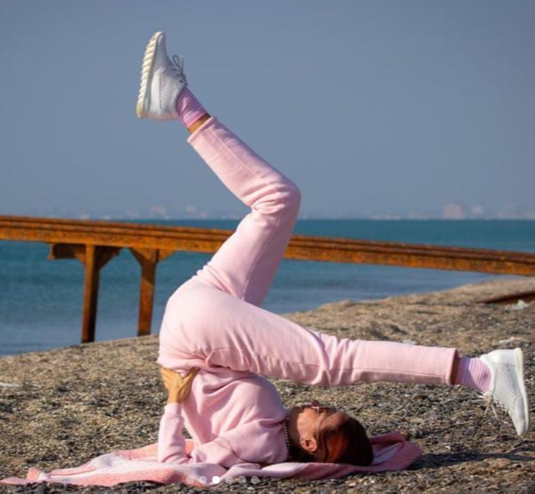 На днях в своем Instagram она опубликовала снимок, на котором продемонстрировала гибкость. Интернет-пользователи начали волноваться за жизнь ребенка, ведь такие акробатические трюки могут...