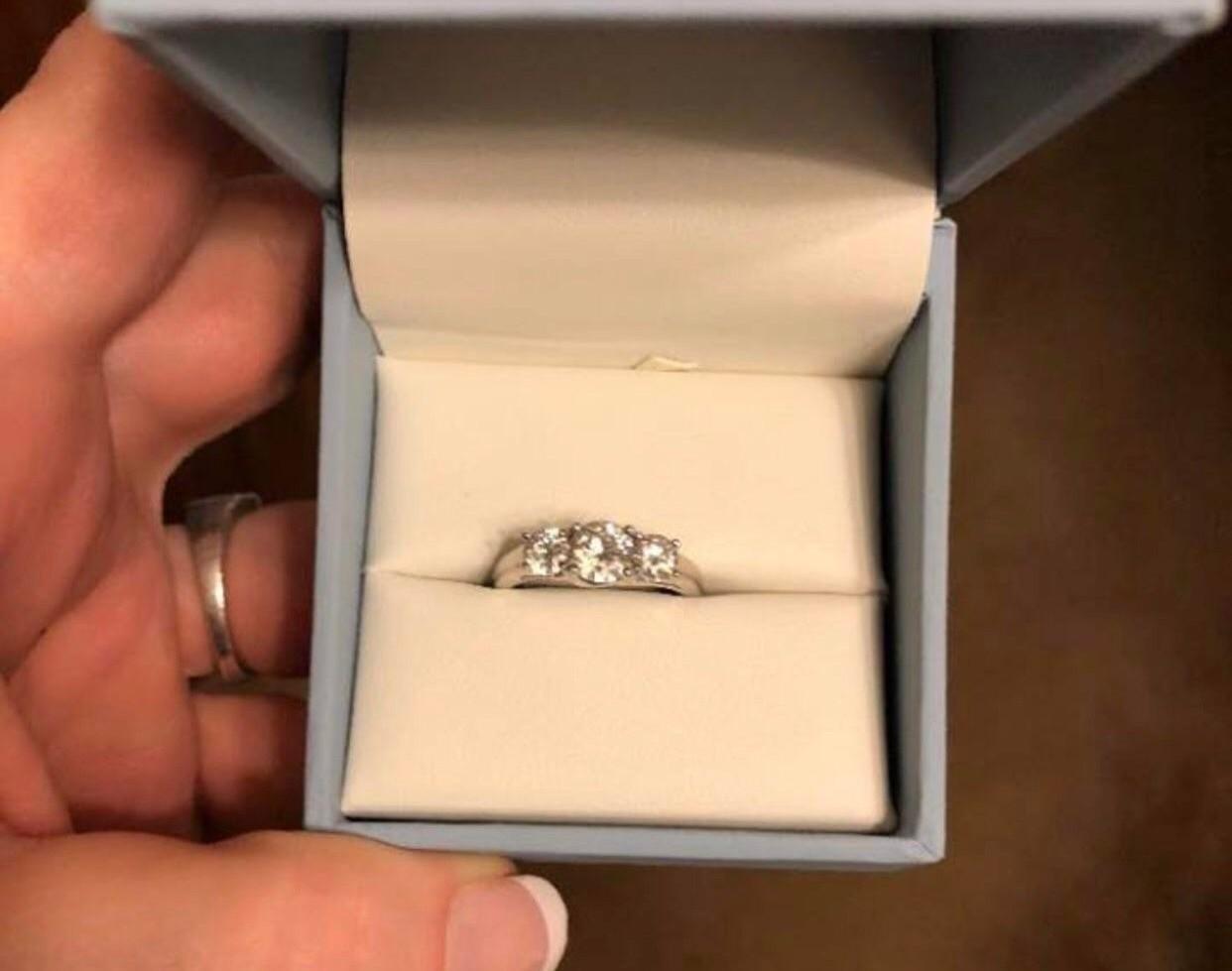 «Это кольцо стоит больше, чем ты»: девушку осудили за насмешки над подарком жениха